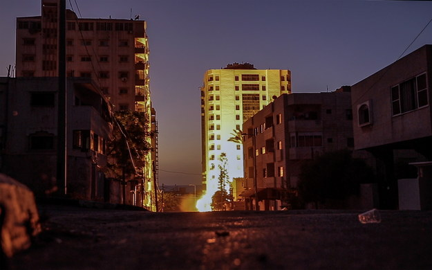 Dym i płomienie widoczne z daleka, po tym, jak jedna z rakiet spadła w pobliżu wieży Hanadi w Strefie Gazy /MOHAMMED SABER  /PAP/EPA