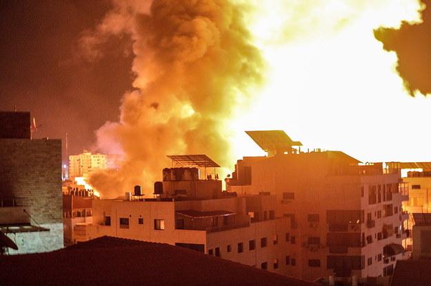 Dym i płonące budynki po izraelskim nalocie na Gazę /MOHAMMED SABER  /PAP/EPA