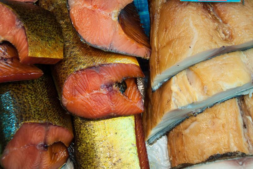 Dym i wysoka temperatura niszczą bakterie i delikatnie podsuszają mięso, nadają mu złocistobrązowy kolor, niepowtarzalny aromat i specyficzny, głęboki smak /123RF/PICSEL