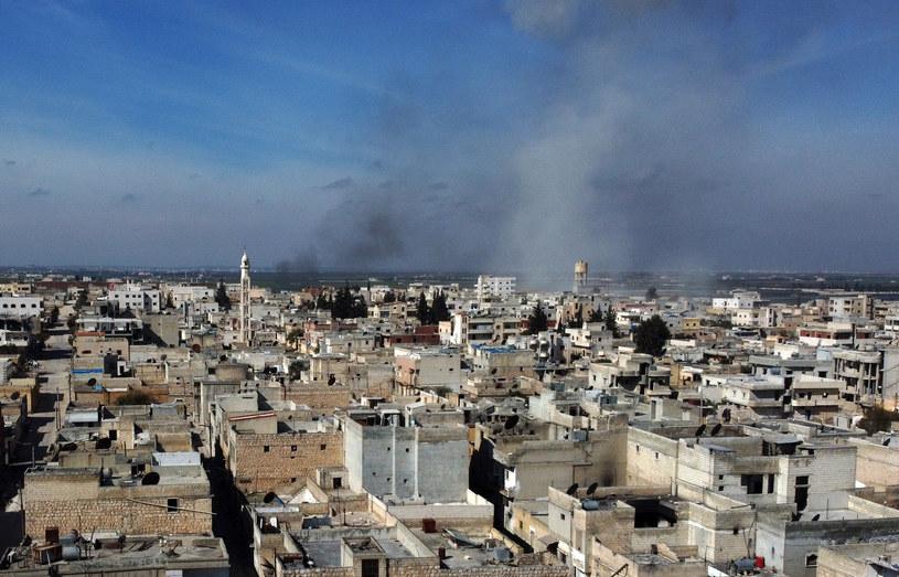 Dym nad miastem Saraqib we wschodniej części prowincji Idlib w północno-zachodniej Syrii /Aref TAMMAWI / AFP /AFP