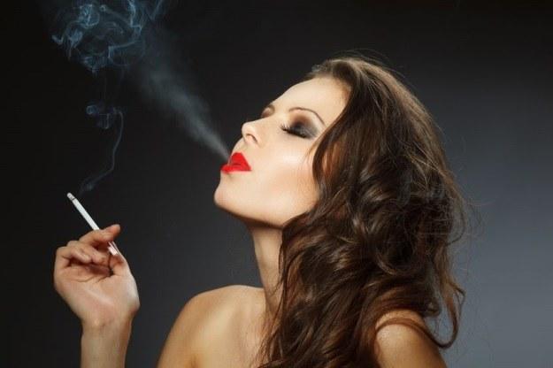 Dym tytoniowy szkodzi, nawet po wywietrzeniu pomieszczenia /123RF/PICSEL