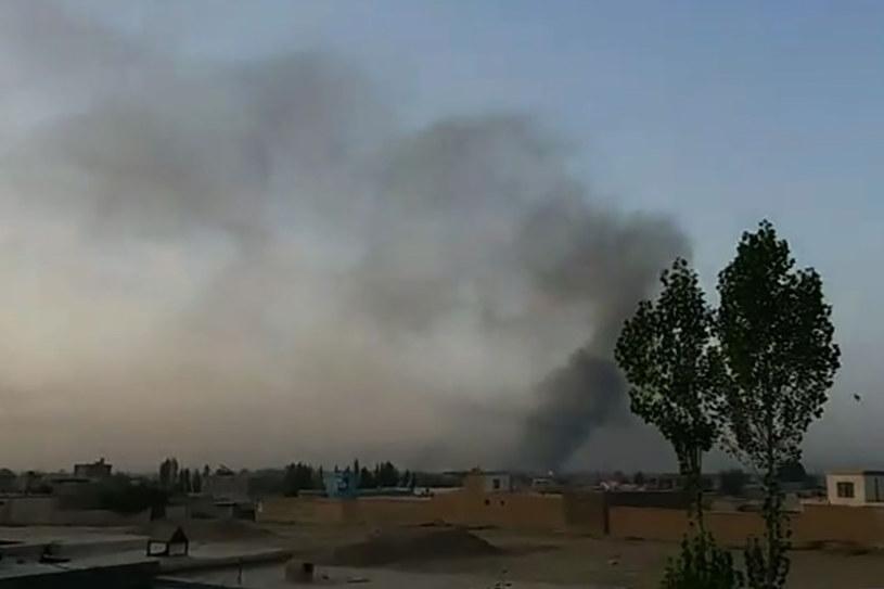 Dym unoszący się nad zaatakowanym miastem Ghazni /AFPTV  /AFP