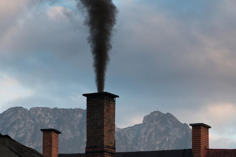 Dym unoszący się z jednego z domów w Zakopanem /Michał Ostaszewski /East News