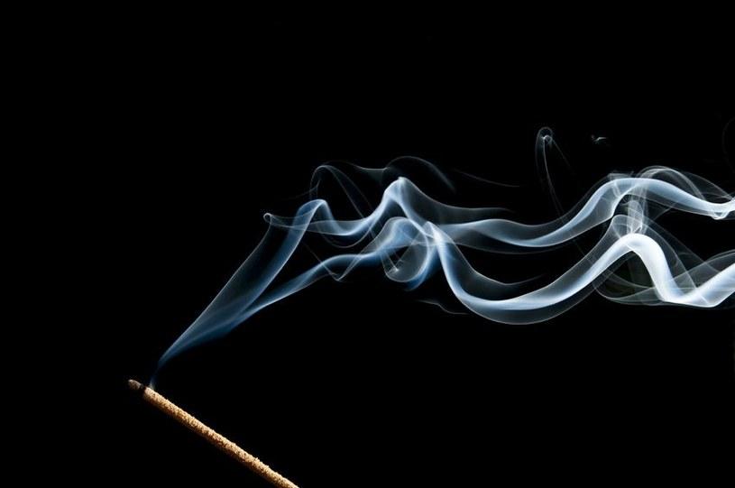 Dym uwalniany podczas spalania kadzideł może mieć negatywny wpływ na zdrowie /123RF/PICSEL