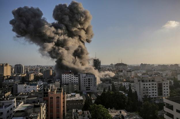 Dym widoczny z daleka po izraelskim uderzeniu wieży Al-Shorouq w Strefie Gazy /MOHAMMED SABER  /PAP/EPA