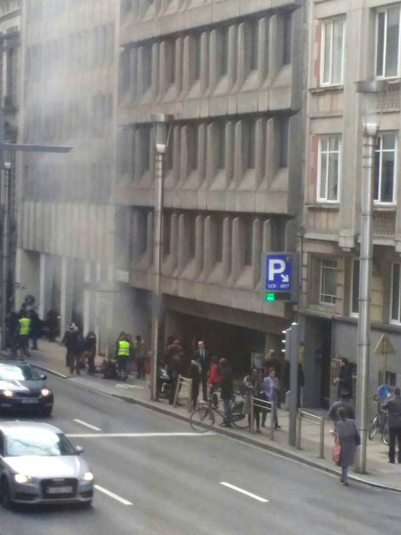 Dym wydobywający się z wejścia do stacji metra Maalbeek /AFP