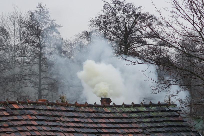 Dymiący komin, zdjęcie ilustracyjne /Tomasz Kawka /East News