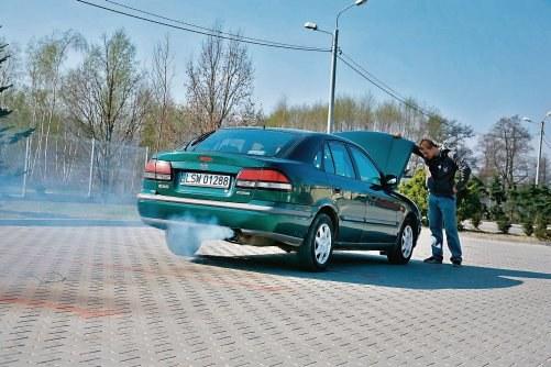 Dymienie z rury wydechowej ma miejsce gdy płyn chłodniczy dostaje się do komory spalania. /Motor
