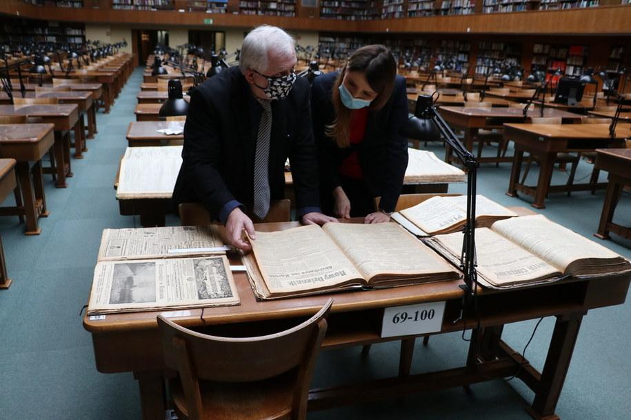 Dyrektor Biblioteki Jagiellońskiej prof. dr hab. Zdzisław Pietrzyk przegląda wraz z naszą dziennikarką gazety z 1918 roku /Józef Polewka /RMF FM