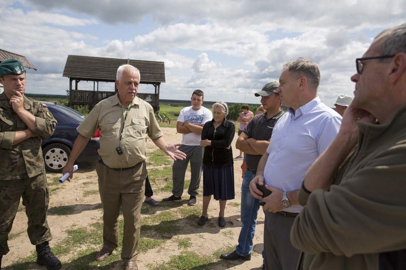 Dyrektor Biebrzańskiego Parku Narodowego Andrzej Grygoruk (na zdj. drugi od lewej) /MAREK MALISZEWSKI/REPORTER /Reporter