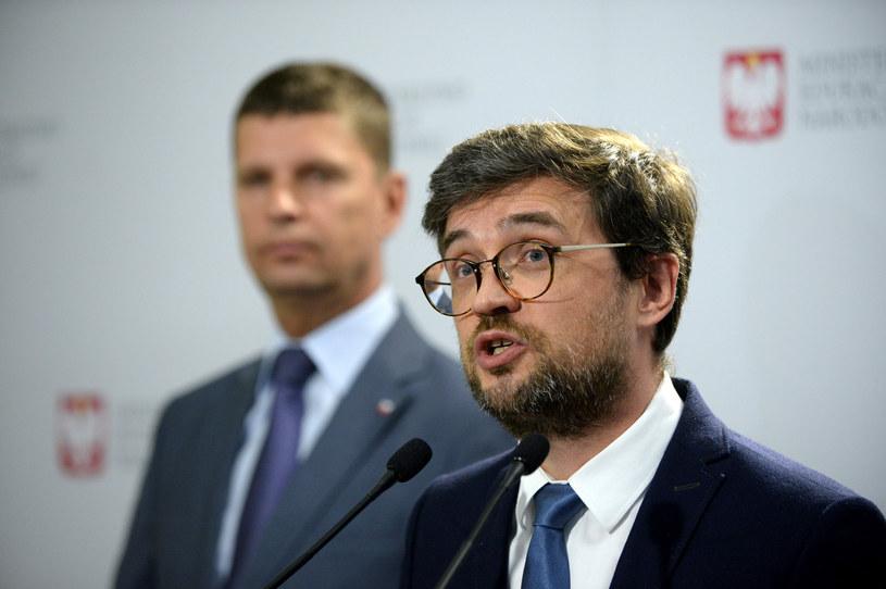 Dyrektor CKE Marcin Smolik przekazuje wyniki matury 2020; w tle minister edukacji /Jan Bielecki /East News
