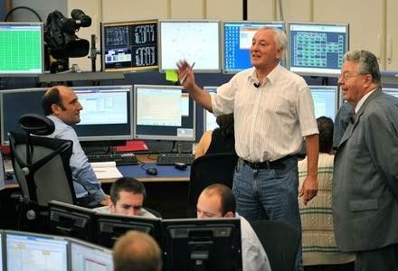 Dyrektor Generalny CERN Robert Aymar (po prawej) podziękował i pogratulował zespołowi CERN sukcesu /AFP