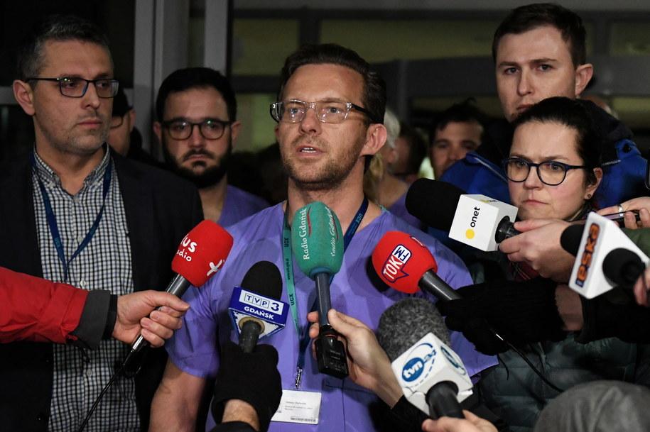 dyrektor naczelny szpitala Jakub Kraszewski podczas briefingu przed SOR-em Uniwersyteckiego Centrum Klinicznego / Adam Warżawa    /PAP