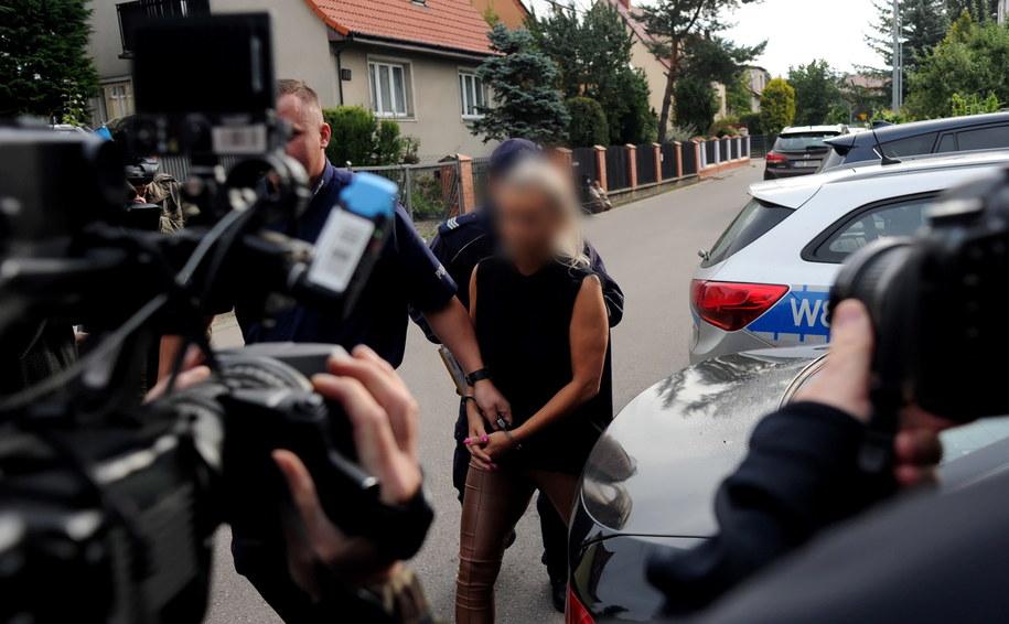 Dyrektorka przedszkola doprowadzana do prokuratury /Marcin Bielecki   /PAP