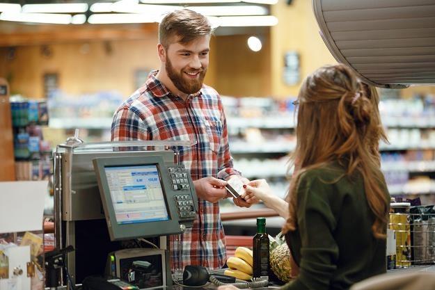 Dyskonty faktycznie mają problem z różnicami cen produktów na półce i przy kasie /©123RF/PICSEL