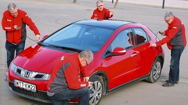 Dysponując elektronicznym miernikiem i podstawową wiedzą każdy może zbadać powłokę lakierniczą auta. /Motor