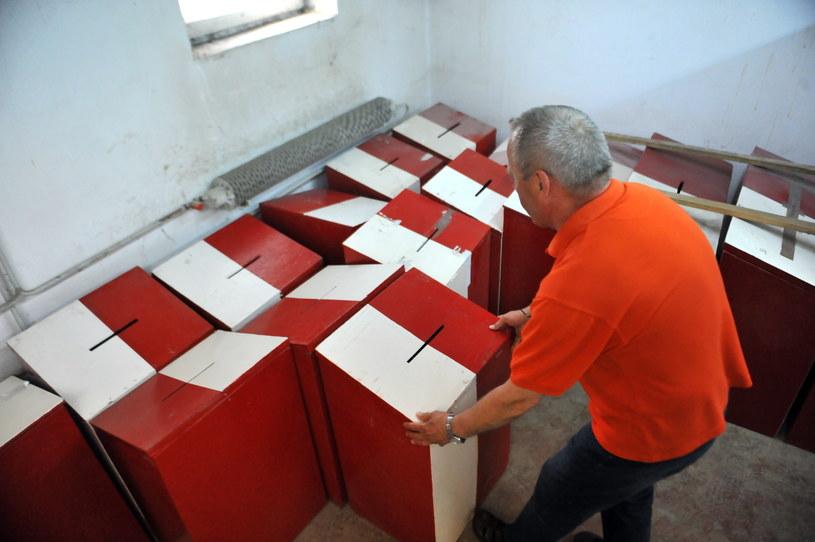 Dystrybucja urn wyborczych w Szczecinie /Marcin Bielecki /PAP