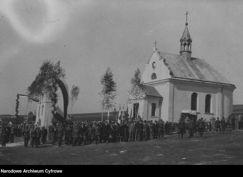 Dytiatyn, widok ogólny uroczystosci przy kaplicy wzniesionej na mogile poległych w walkach 1920 r. /Z archiwum Narodowego Archiwum Cyfrowego