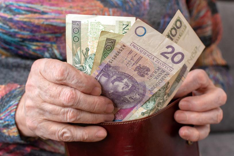 Dziadkowie zazwyczaj nie oszczędzają na wnukach i wręczają młodym rodzicom hojne prezenty /123RF/PICSEL