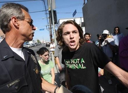 Działacz na rzecz legalizacji marihuany chciałby się wyluzować, ale prawo mu na to nie pozwala... /AFP
