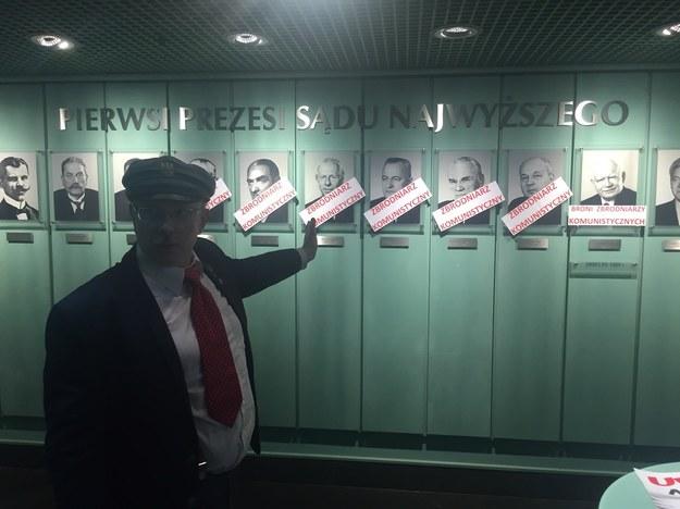 Działacze KPN z Adamem Słomką na czele okupują hol Sądu Najwyższego