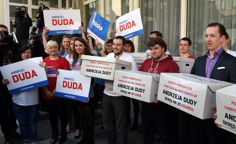 Działacze PiS podczas składania podpisów poparcia dla kandydatury Andrzeja Dudy na prezydenta w Państwowej Komisji Wyborczej w Warszawie /Radek Pietruszka /PAP