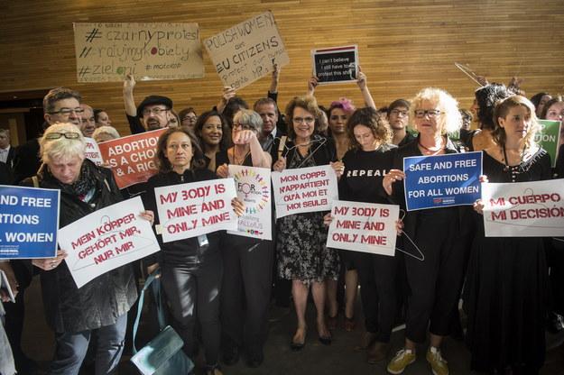 Działaczki feministyczne i europosłowie demonstrują w Parlamencie Europejskim przed debatą na temat sytuacji kobiet w Polsce /Wiktor Dabkowski    /PAP