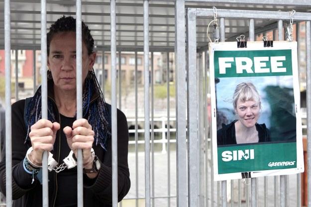 Działaczy Greenpeace przewożeni do aresztu w Petersburgu