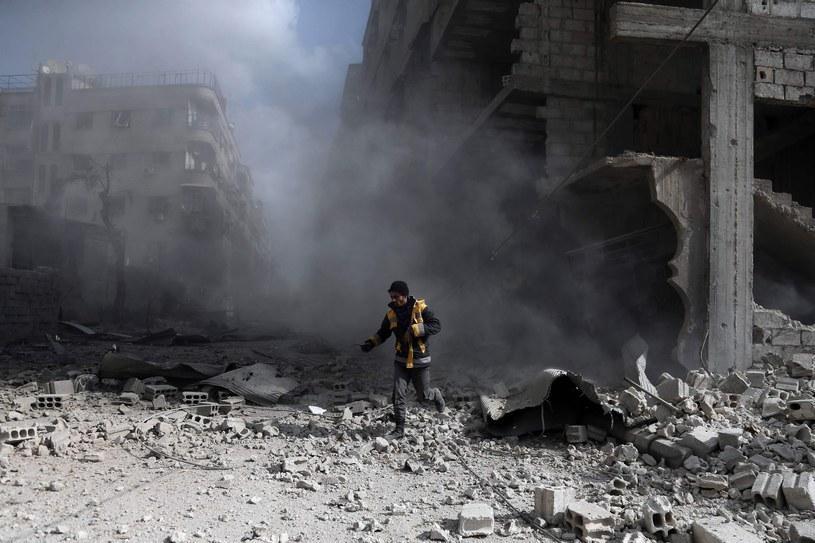 Działania Białych Hełmów polegają m. in. na wydobywaniu ludzi spod gruzów i udzielaniu im pomocy /AFP/ABDULMONAM EASSA /East News