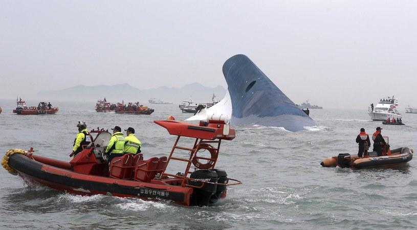 Działania służb przy tonącym Sewolu stały się przykładem tego, jak nie prowadzić akcji ratunkowych /East News