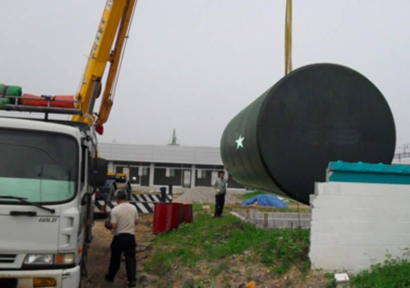 Działka, bunkier - schronienie gotowe /IMP Features/Chris White /East News
