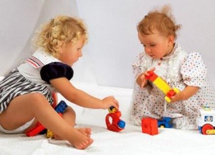 Dzieci bardziej cieszą się z kilku drobiazgów niż jednego dużego prezentu /INTERIA.PL