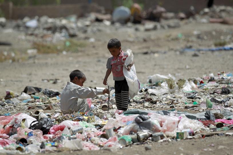 Dzieci bawią się wśród śmieci w Jemenie /MOHAMMED HUWAIS /AFP