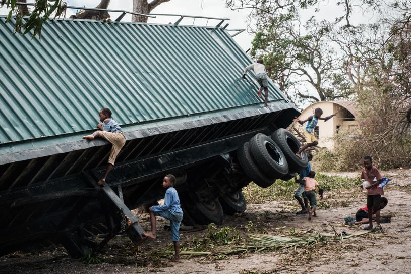 Dzieci bawiące się na przewróconej przez cyklon ciężarówce /AFP