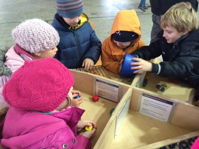 Dzieci bawiące się na wystawie /Anna Kropaczek /RMF FM