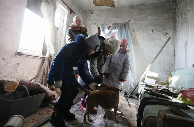 Dzieci bawiące się w ostrzelanym budynku w pobliżu Doniecka /Dave Mustaine /PAP/EPA
