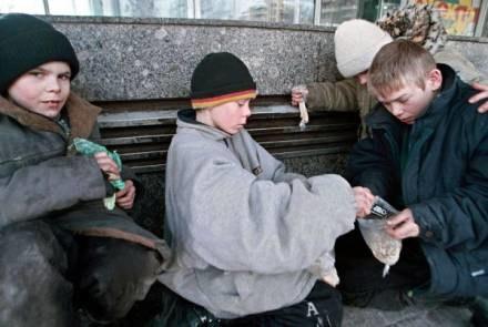 Dzieci coraz częściej piją alkohol /AFP