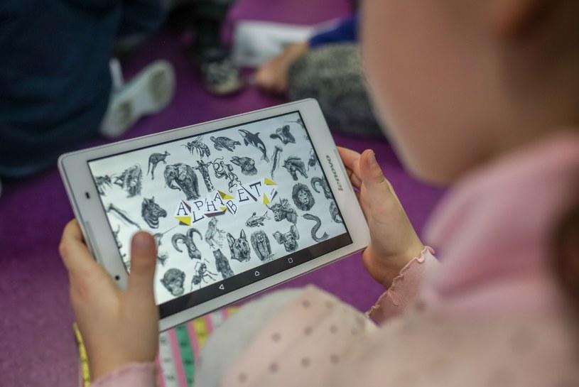 Dzieci coraz częściej sięgają po tablet, a nie po książkę. /Karolina Misztal /Reporter