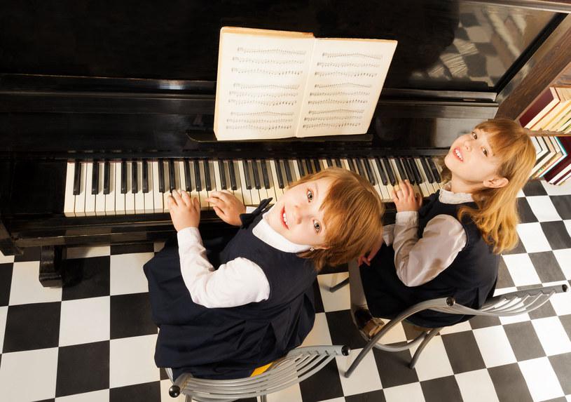 Dzieci grające na pianinie /123RF/PICSEL