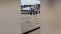Dzieci grały w koszykówkę na całkowicie zalanym boisku. Wideo
