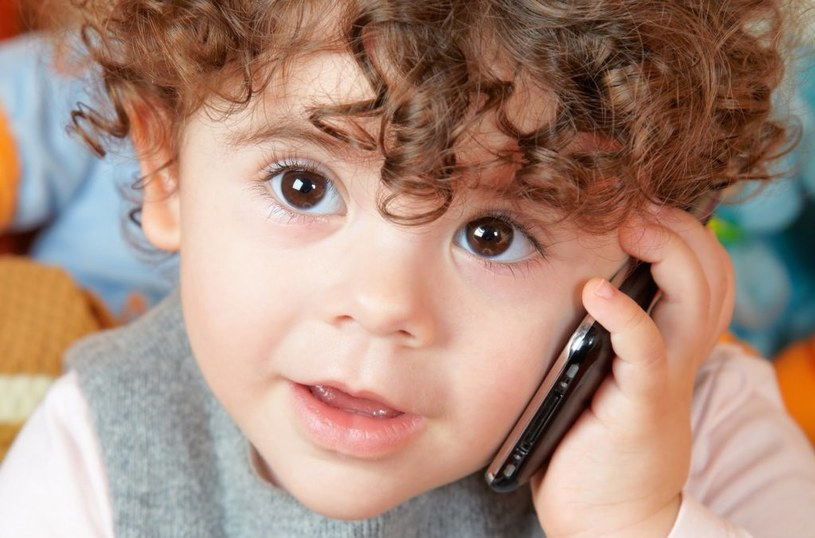 dzieci i telefony /© Photogenica