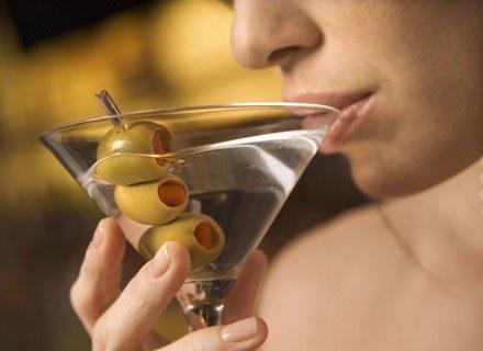 Dzieci, które mają skłonności do zachowań ryzykownych, szybciej zaczynają spożywać alkohol /ThetaXstock