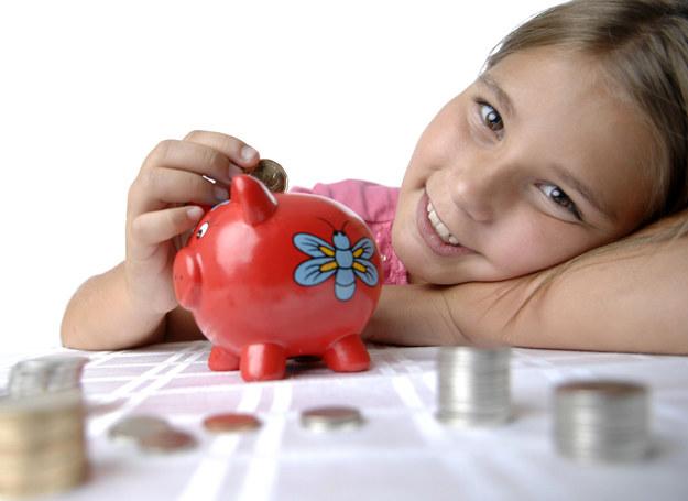 Dzieci, które systematycznie otrzymują kieszonkowe, radzą sobie z pieniędzmi dużo lepiej od swoich rówieśników, którzy go nie otrzymują. /123RF/PICSEL