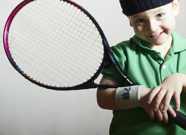 Dzieci, które zaczynają grać w tenisa, na samym początku trenują w pojedynkę, ale na pewnym etapie pojawia się partner do debla /123RF/PICSEL