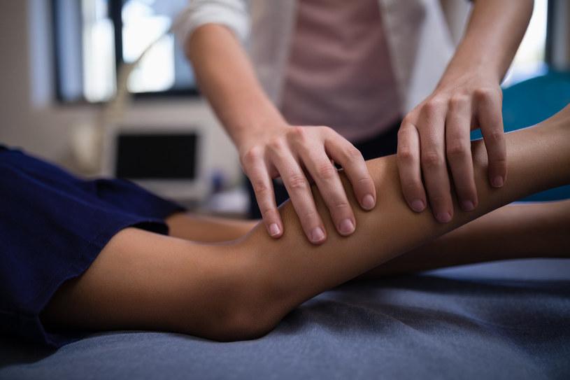 Dzieci, którym doskwierają początki reumatyzmu, często mają problemy z porannym wstawaniem z łóżka /123RF/PICSEL
