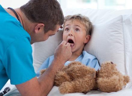 Dzieci, którym usunięto migdałki, mniej chorują /© Panthermedia