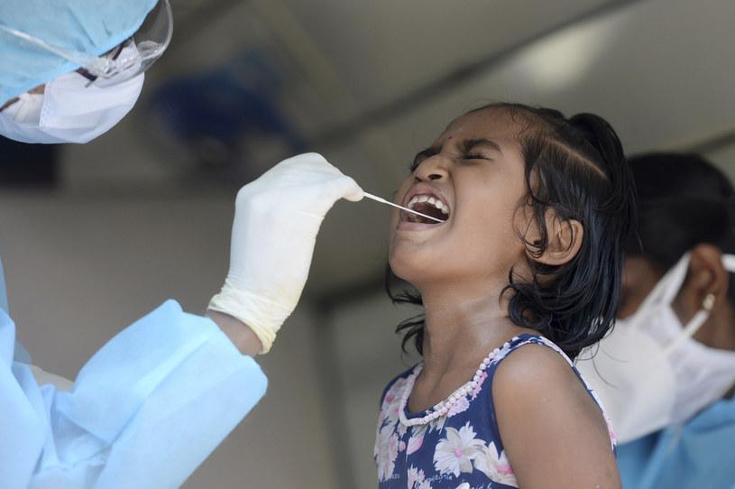 Dzieci mogą roznosić SARS-CoV-2, dlatego powinno się je poddawać rutynowym testom /AFP