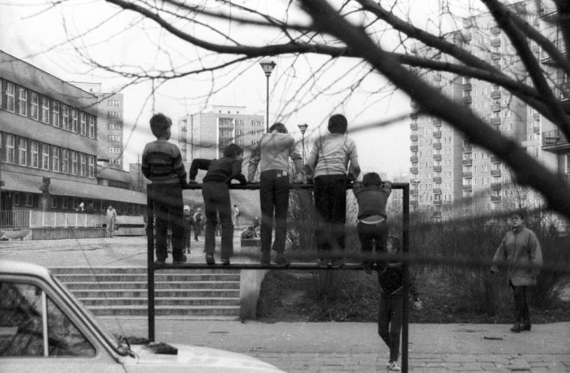 Dzieci na osiedlowym trzepaku, 1988, autor: Elzbieta Oyrzanowska /East News