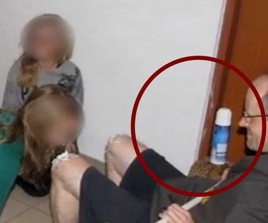 Dzieci nie lizały kolan księdza, tylko dotykały pianki?