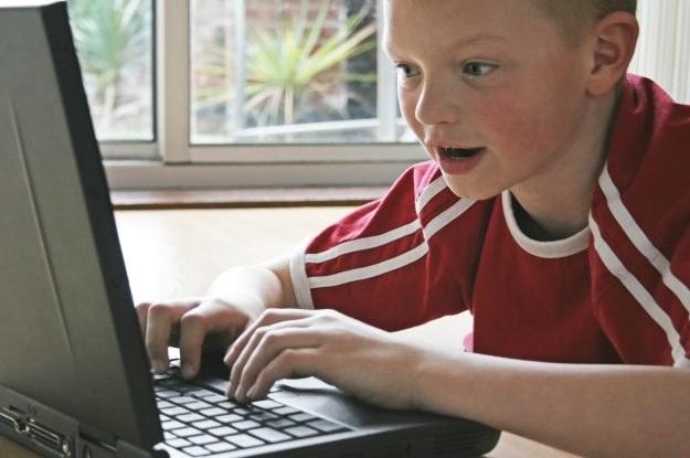 Dzieci nie powinny korzystać z internetu bez kontroli rodziców /stock.xchng